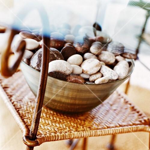 sch ssel mit kieselsteinen bild kaufen living4media. Black Bedroom Furniture Sets. Home Design Ideas