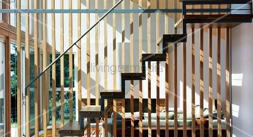 Holzgitter Als Trennwand Zwischen Wohnzimmer Und Treppenaufgang