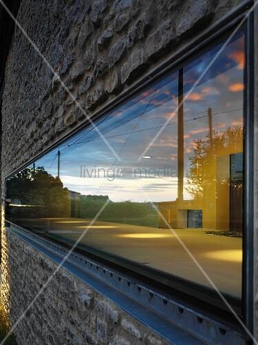 Horizontal narrow window in stone facade bild kaufen for Narrow window