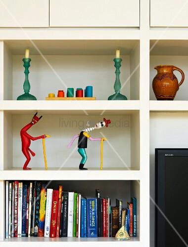 regal mit b chern figuren und kerzen bild kaufen living4media. Black Bedroom Furniture Sets. Home Design Ideas