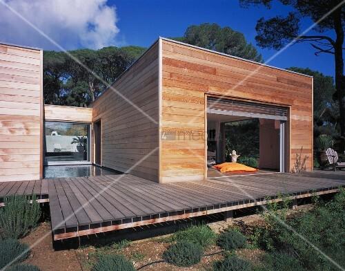 Modernes flachdachhaus aus holz mit terrasse bild kaufen for Flachdachhaus modern
