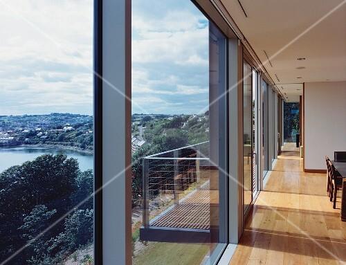 wohnzimmer mit glasfront und mit blick auf einen fluss bild kaufen living4media. Black Bedroom Furniture Sets. Home Design Ideas