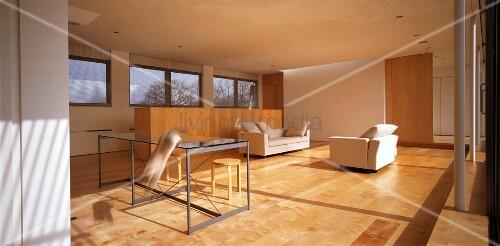 Minimalistisch eingerichtetes wohnzimmer mit parkettboden bild kaufen living4media - Wohnzimmer minimalistisch ...