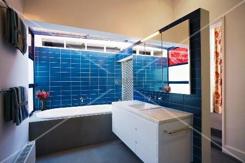 badezimmer mit blauen wandfliesen bild kaufen living4media. Black Bedroom Furniture Sets. Home Design Ideas