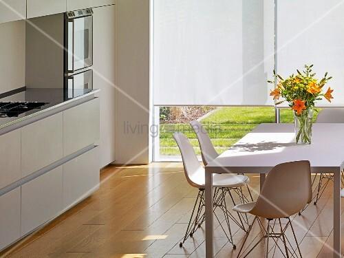 Weisser esstisch mit schalenst hlen in moderner k che for Esszimmer schalenstuhl