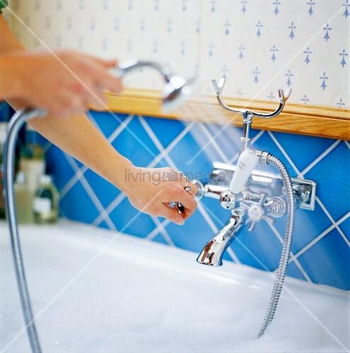 wasser in eine badewanne einlassen bild kaufen living4media. Black Bedroom Furniture Sets. Home Design Ideas