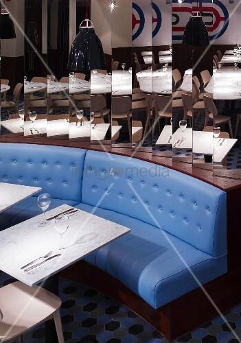 tisch und stuhl vor sitzbank mit blauem polsterbezug bild kaufen living4media. Black Bedroom Furniture Sets. Home Design Ideas