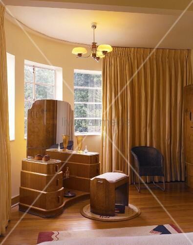 Eine Kommode Mit Spiegel In Einem Schlafzimmer Im Jugendstil Bild