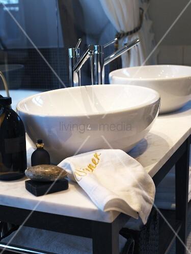 zwei runde waschbecken auf marmor waschtisch bild kaufen living4media. Black Bedroom Furniture Sets. Home Design Ideas