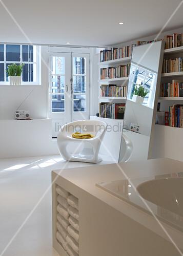 teilweise sichtbare badewanne mit eingebautem regal und moderner kunststoffstuhl vor b cherwand. Black Bedroom Furniture Sets. Home Design Ideas