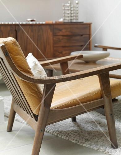 50er jahre sessel mit braunen lederpolstern bild kaufen living4media. Black Bedroom Furniture Sets. Home Design Ideas