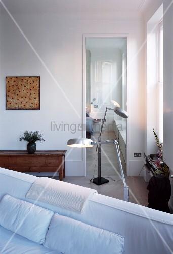 stehlampen in wohnzimmerecke vor glast r und blick ins schlafzimmer bild kaufen living4media. Black Bedroom Furniture Sets. Home Design Ideas