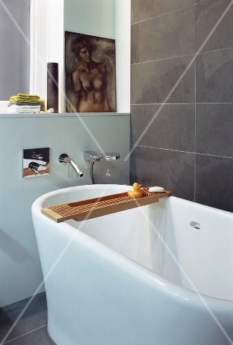 Ausschnitt einer freistehenden Badewanne mit Designer Wandarmatur ... | {Wandarmaturen badewanne 4}