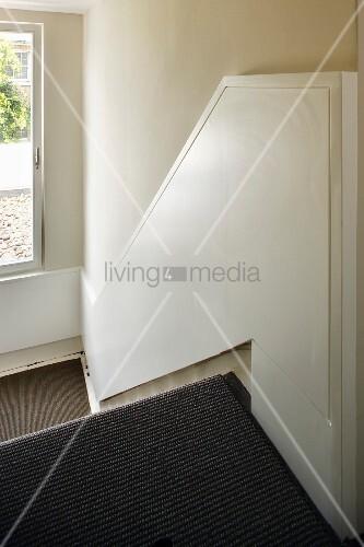 halbhohe weiss lackierte holzverkleidung an wand im treppenhaus bild kaufen living4media. Black Bedroom Furniture Sets. Home Design Ideas