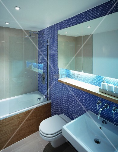 spiegelschrank in nische einer blauen mosaikfliesenwand im modernen bad bild kaufen living4media. Black Bedroom Furniture Sets. Home Design Ideas