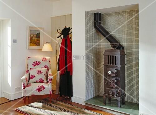 eingangsbereich mit altem kohleofen sessel garderobe bild kaufen living4media. Black Bedroom Furniture Sets. Home Design Ideas