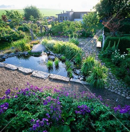 Gartenteich mit springbrunnen bild kaufen living4media - Gartenteich springbrunnen ...