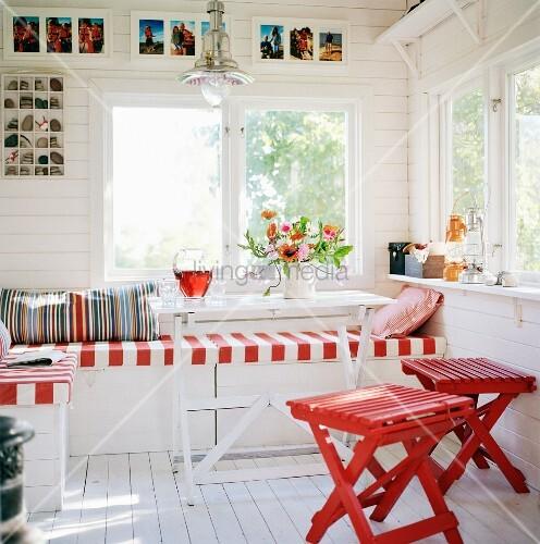 gem tliche eckbank und rot lackierte holzhocker vor. Black Bedroom Furniture Sets. Home Design Ideas
