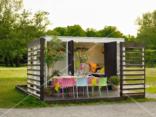 moderner gartenpavillon mit gedecktem tisch auf terrasse. Black Bedroom Furniture Sets. Home Design Ideas
