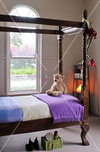 antikes einzel himmelbett im kinderzimmer mit traditionellem flair bild kaufen living4media. Black Bedroom Furniture Sets. Home Design Ideas