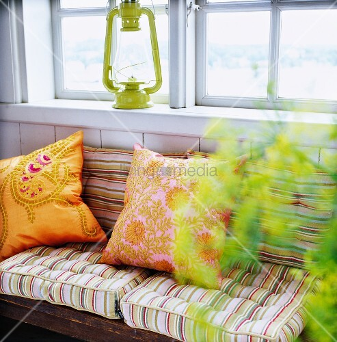 kissen und polster auf bank unter fenster bild kaufen living4media. Black Bedroom Furniture Sets. Home Design Ideas