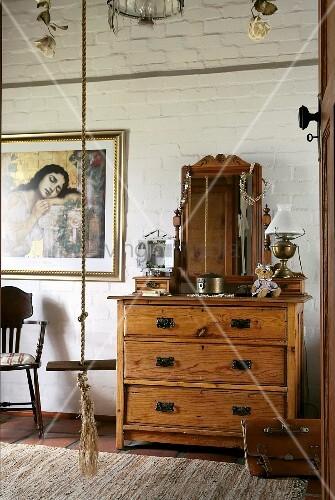 antike holzkommode mit spiegel vor backsteinwand bild kaufen living4media. Black Bedroom Furniture Sets. Home Design Ideas