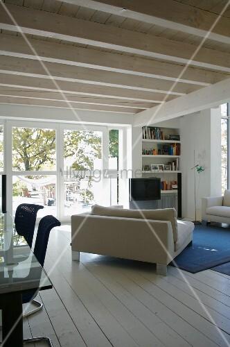 offener wohnraum mit gem tlichem sofa unter weiss lackierter holzdecke bild kaufen living4media. Black Bedroom Furniture Sets. Home Design Ideas