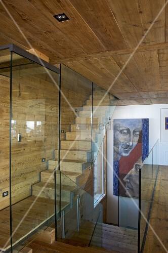 treppenhaus mit glasabtrennung im holzhaus bild kaufen living4media. Black Bedroom Furniture Sets. Home Design Ideas