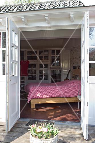 weiss lackiertes holz in historischem landhaus blick von terrasse durch zweifl gelige t r auf. Black Bedroom Furniture Sets. Home Design Ideas