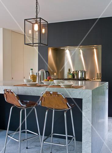 k chenblock aus marmor und barhocker mit lederbespannung bild kaufen living4media. Black Bedroom Furniture Sets. Home Design Ideas