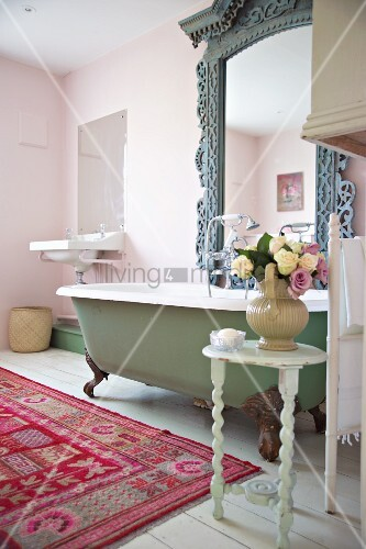 Cozy bathroom in Shabby Style with colorful carpet and  : 11040571 from www.living4media.com size 333 x 500 jpeg 52kB