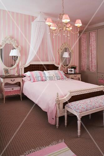 barockes schlafzimmer in rosa mit baldachin ber dem doppelbett bild kaufen living4media. Black Bedroom Furniture Sets. Home Design Ideas