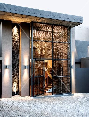 Treppenaufgang Tür moderne flachdach villa mit glasfassade und blick durch offene tür