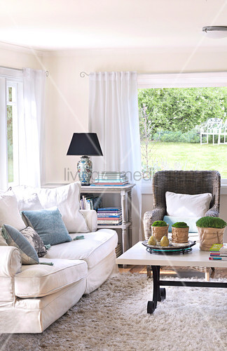 sitzgruppe im landhaus wohnzimmer vor panoramafenster mit blick in den garten bild kaufen. Black Bedroom Furniture Sets. Home Design Ideas