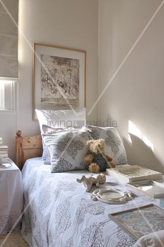 verschiedene bilderrahmen und ein teddyb r auf der. Black Bedroom Furniture Sets. Home Design Ideas