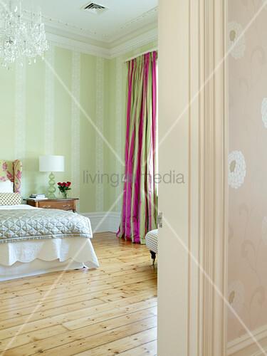 schlafzimmer in zartem gr n mit einfachem holzdielenboden. Black Bedroom Furniture Sets. Home Design Ideas