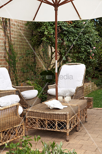rattanm bel und sonnenschirm auf einer terrasse bild. Black Bedroom Furniture Sets. Home Design Ideas