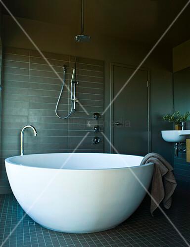 Stehende Badewanne stehende weiße designer badewanne die einer halben eierschale gleicht in einem maskulin