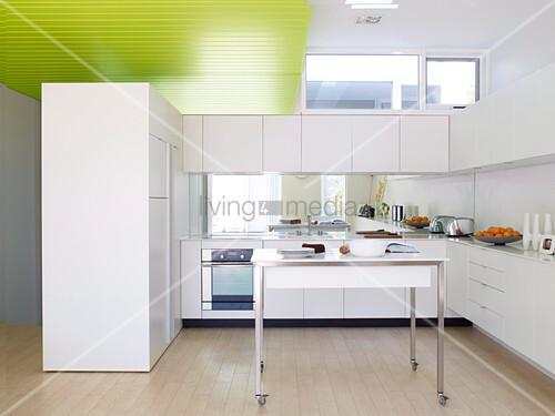 offene weisse k che mit einem arbeitstisch auf rollen. Black Bedroom Furniture Sets. Home Design Ideas