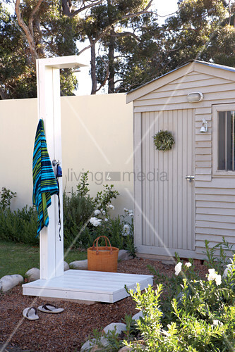 garten mit selbstgebauter aussendusche vor gartenh uschen bild kaufen living4media. Black Bedroom Furniture Sets. Home Design Ideas