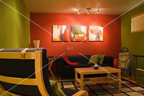 Wohnzimmer rot grun  Wohnzimmer im Retro-Stil mit rot-grün getönten Wänden – Bild ...