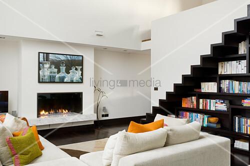ecksofa vor gaskamin in zweigeschossigem wohnzimmer mit zickzack treppe ber massgefertigtem. Black Bedroom Furniture Sets. Home Design Ideas