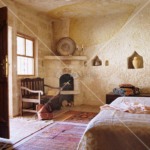 marokkanisches schlafzimmer mit teppichen und offenem kamin in ecke bild kaufen living4media. Black Bedroom Furniture Sets. Home Design Ideas