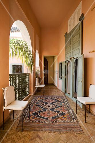 orientteppich auf parkett mit fischgr tmuster in loggia eines marokkanischen wohnhauses bild. Black Bedroom Furniture Sets. Home Design Ideas