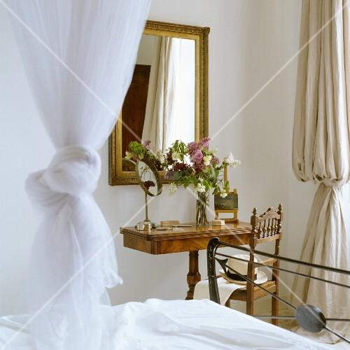 antiker schminktisch und spiegel mit goldrahmen in schlafzimmerecke bild kaufen living4media. Black Bedroom Furniture Sets. Home Design Ideas