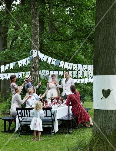 Hochzeitsfeier im garten bild kaufen living4media - Hochzeitsfeier im garten ...