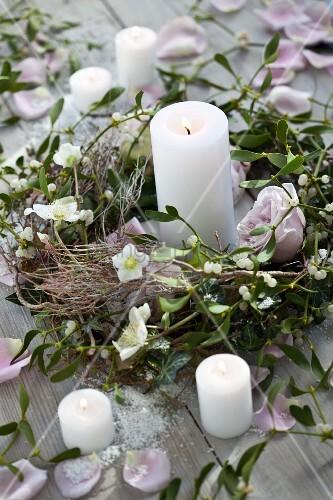kranz aus rosafarbenen rosen misteln und christrosen mit kerzen bild kaufen living4media. Black Bedroom Furniture Sets. Home Design Ideas