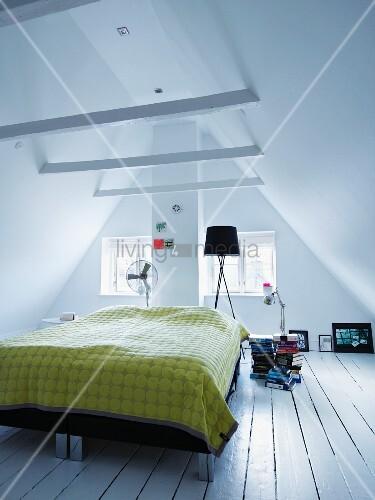 bett mit gelber tagesdecke auf rustikalem dielenboden in ausgebautem dachraum bild kaufen. Black Bedroom Furniture Sets. Home Design Ideas
