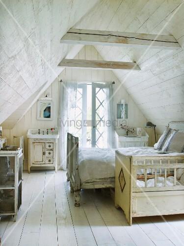 Schlafzimmer mit Kinderbett und Doppelbett in holzverkleidetem Dachzimmer – Bild kaufen ...
