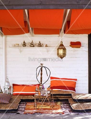 chillen in orientalisch gestaltetem wohnraum mit. Black Bedroom Furniture Sets. Home Design Ideas